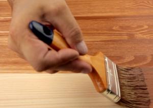 varnishing_wood
